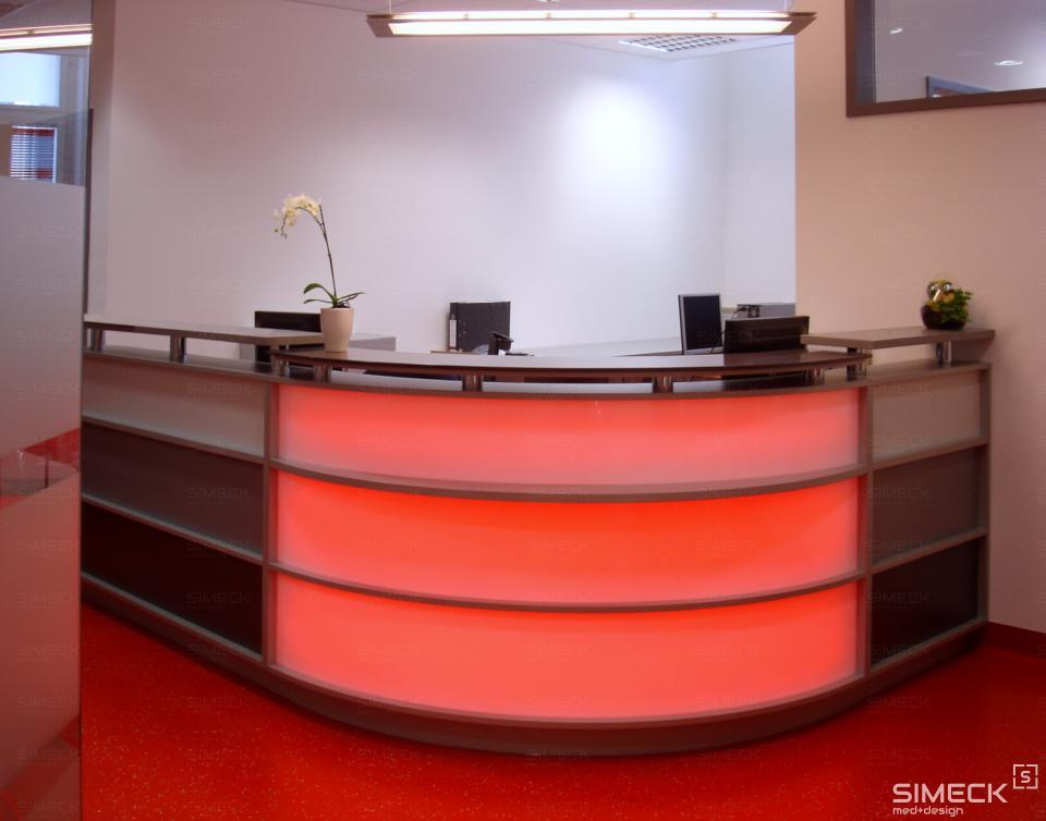 Praxistheke mit einstellbarer Lichtfarbe, hier in rot.